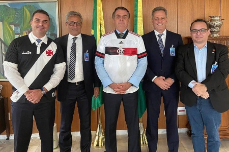 Após receber Flamengo, Bolsonaro define nova regra de direito de transmissão e complica Globo